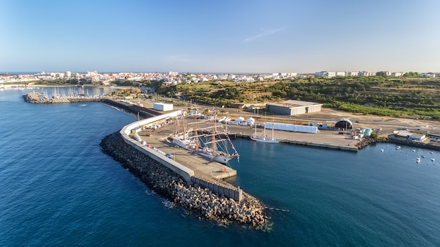 Aerial. португальский морской порт синис с парусниками в регате. фотосъемка с дрона.