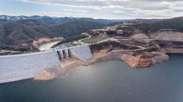 Aerial. водохранилище плотины odelouca питьевой воды в регионе алгарве, португалия. мончик.