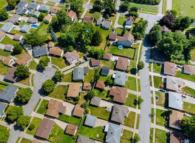 작은 수면 지역 클리블랜드 오하이오 미국의 도시 풍경에있는 주택의 공중 지붕