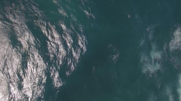 공중 바다 경치입니다. 거품 바다 파도와 깊고 푸른 물