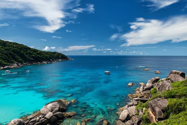 タイのパンガーにあるシミラン島国立公園のターコイズブルーのアンダマン海と美しい石のアーチの空中海景。夏の有名な旅行先。休日の休暇メーカー