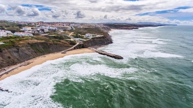 공중선. 마을 ericeira lisbon의 해안과 해변.