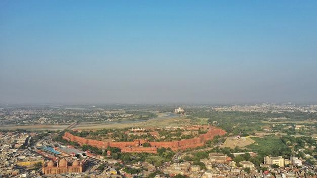 Ripresa aerea della città di agra con taj-mahal