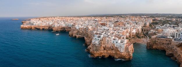 Ripresa aerea di una città antica con vecchi edifici e case in cima a colline rocciose