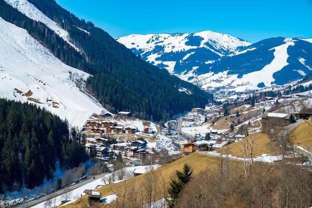 Ripresa aerea del villaggio di alpi austriache durante una giornata invernale