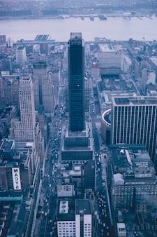Ripresa aerea di un bellissimo grattacielo a new york city - ottimo per gli sfondi
