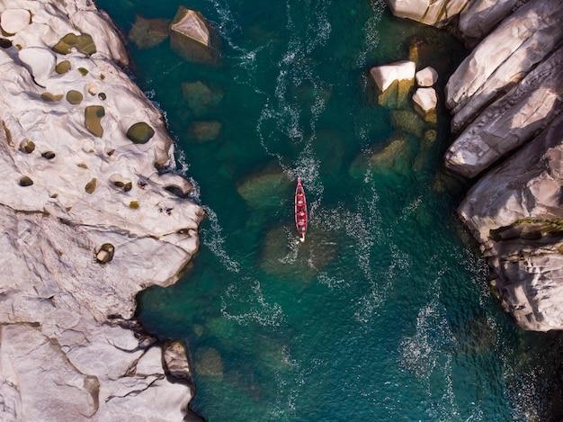 Ripresa aerea di una barca nel fiume spiti, india