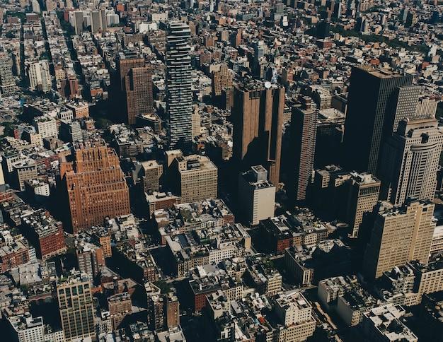 Ripresa aerea di edifici in una città durante il giorno