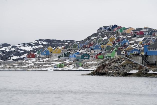 Ripresa aerea di case colorate nella città di aasiaat, groenlandia