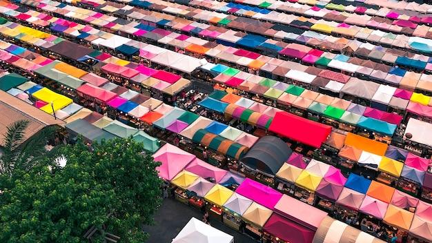 Ripresa aerea di tende colorate del mercato