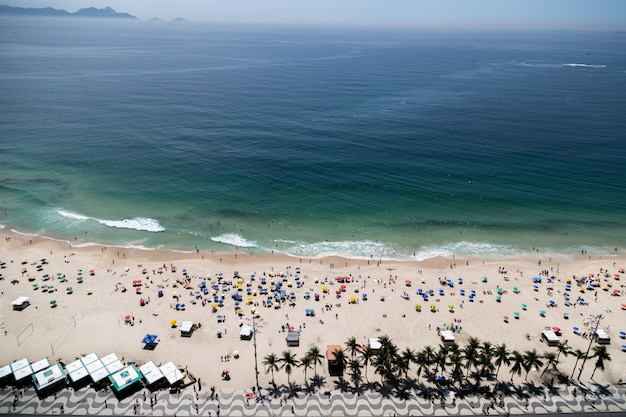 Ripresa aerea della spiaggia di copacabana a rio de janeiro brasile affollata di gente