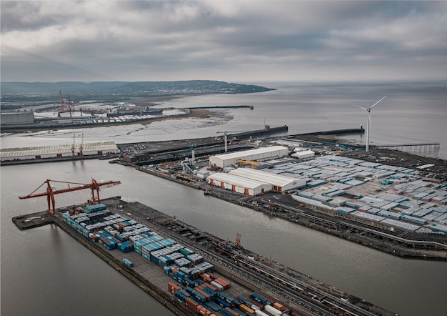 Ripresa aerea del porto industriale sotto un cielo nuvoloso