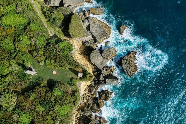 Ripresa aerea di un'isola vicino a un mare