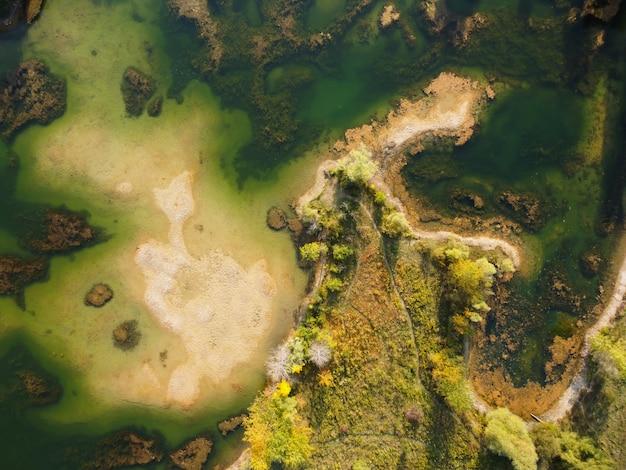 Ripresa aerea di un lago e di un paesaggio