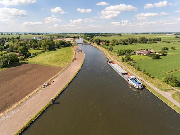 Ripresa aerea del canale merwede vicino al villaggio di arkel situato nei paesi bassi