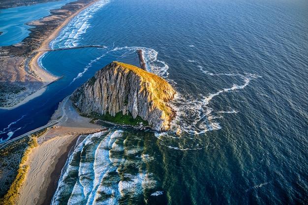 Ripresa aerea del morro rock in california al tramonto