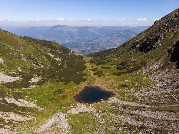 Ripresa aerea di un paesaggio di montagna nel parco nazionale dei monti rodnei, transilvania, romania