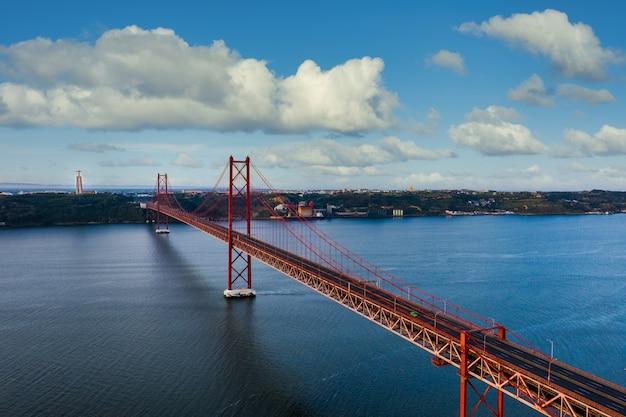 Аэрофотоснимок моста 25 апреля в лиссабоне.