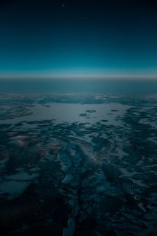 早朝に雪に覆われた美しい風景の空中ショット