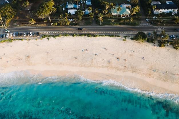 Воздушный снимок красивого пляжа с белым песком