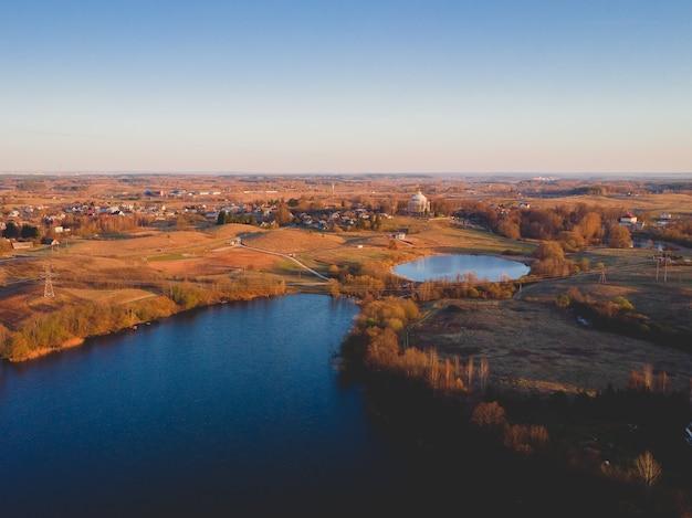 アメリカの秋の間に湖がある都市の空中ショット