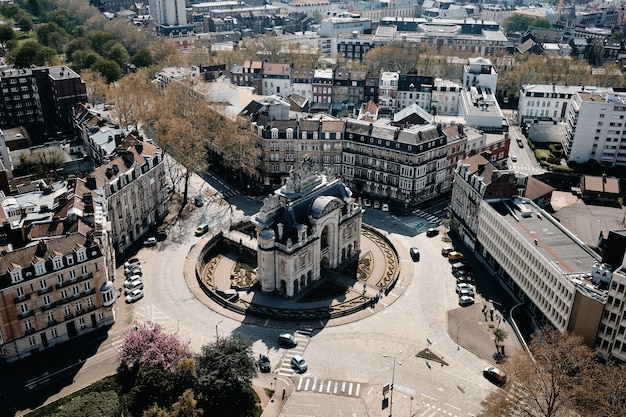Воздушный снимок городского пейзажа с множеством автомобилей и красивыми зданиями в лилле, франция