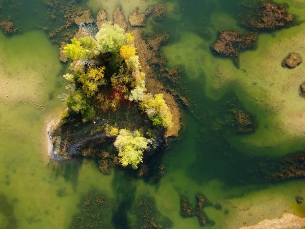 湖と風景の空中ショット