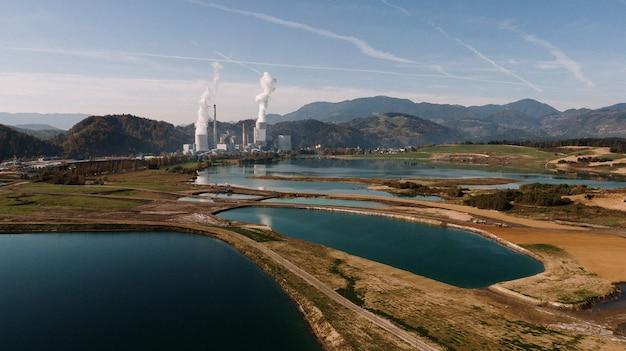 産業災害で山と湖に囲まれた風景の空中ショット