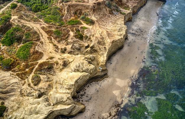 Воздушный снимок побережья во время заката