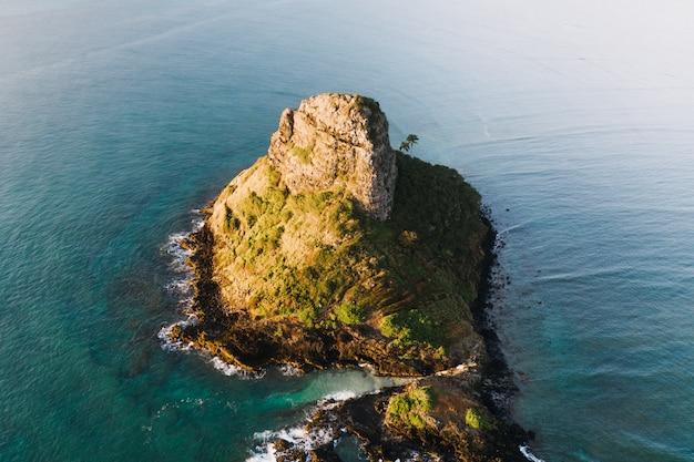 昼間の青い海の小さな島の空中ショット