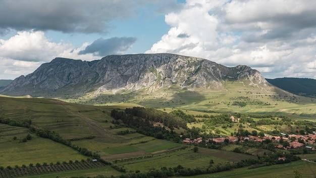 트란실바니아, 루마니아의 놀라운 산 풍경에있는 작은 마을의 공중 촬영