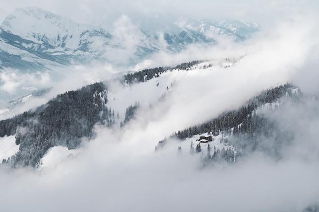 오스트리아에서 젤의 눈 덮인 산의 공중 샷 am see-kaprun