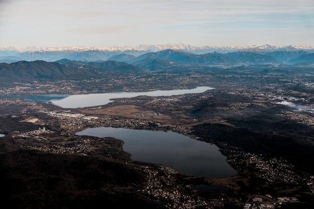 風光明媚な湖のある郊外の谷の空中ショット