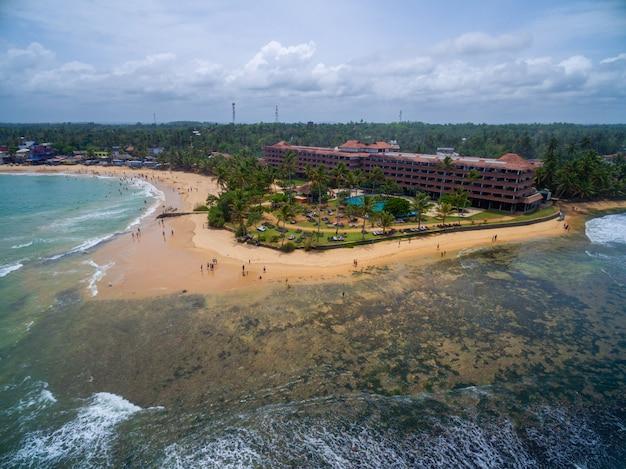 家族での休暇に最適なスリランカの熱帯のビーチの空中ショット