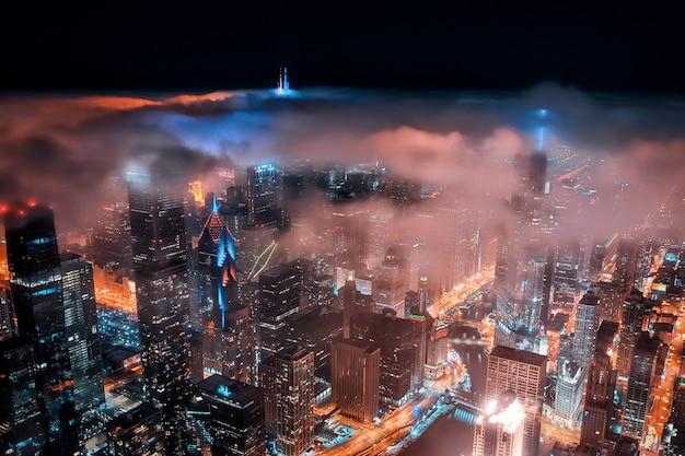 多くのライトが付いている夜の素晴らしい街の空中ショット