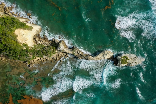 海の近くの島の空中ショット