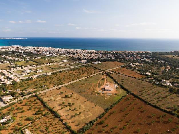 스페인 마요르카 발레 아레스 제도의 아름다운 푸른 바다와 건물의 공중 촬영