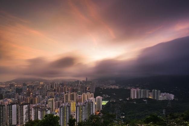Воздушный выстрел из красивой современной городской городской архитектуры и горизонта с удивительным небом