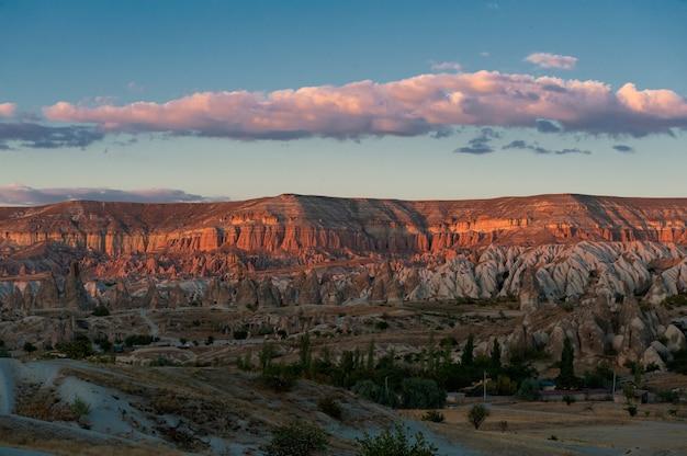 トルコ、ギョレメ国立公園の美しい岩層の空中ショット