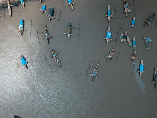 海でセーリングボートの空中ショット