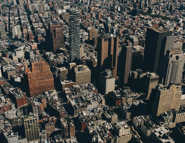 낮에 도시에있는 건물의 공중 탄