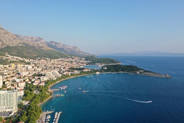 クロアチア、マカルスカの海の近くの建物の空中ショット