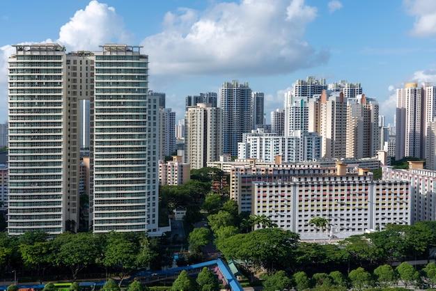 青い空の下でトアパヨシンガポールの都市の建物の空中ショット
