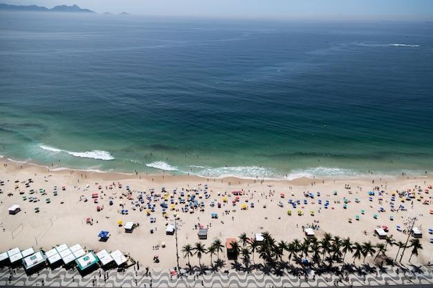人でにぎわうブラジル、リオデジャネイロのコパカバーナビーチの空中ショット