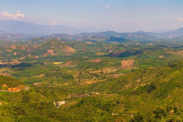 ダラットの森林に覆われた山々の空中ショット