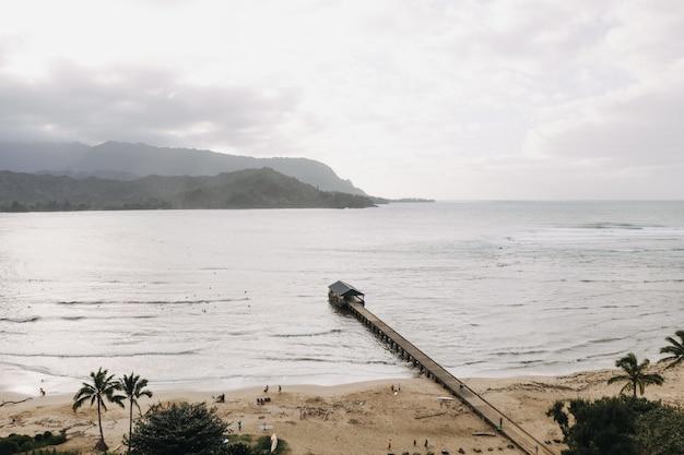 アメリカハワイのハナレイ桟橋の空中ショット