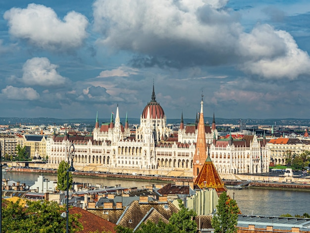 흐린 하늘 아래 헝가리 부다페스트에 있는 헝가리 국회의사당 항공샷