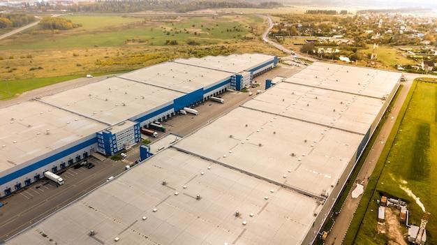 産業倉庫の空中ショットハブとトレーラー付きトラックの積み込み倉庫の空中写真