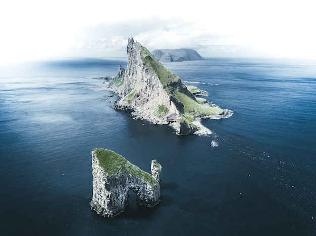 Аэрофотоснимок островков посреди моря под пасмурным небом