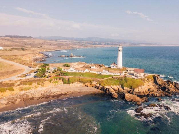 カリフォルニア州サンアンドレアスの灯台と太平洋の崖の空中ショット